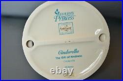 WDCC Cinderella The Gift of Kindness Holiday Princess Figurine Walt Disney