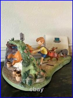 WDCC Disney Classics WINNIE THE POOH AND THE HONEY TREE & Pooh Figurine